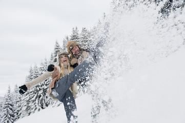 Österreich, Salzburger Land, Paar in Schneelandschaft, lächelnd