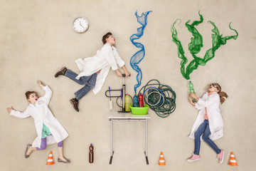 Forscher im Labor machen ein Experiment
