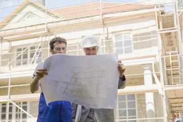 Architekt und Bauarbeiter, Blick auf Bauplan