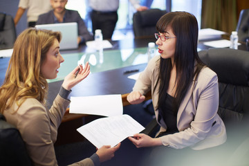 Zwei Unternehmerinnen diskutieren im Besprechungszimmer
