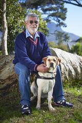 Porträt von sehbehindertem Mann und seinem Blindenhund