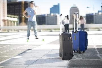Freunde, die auf Städtereise sind, mit Koffer auf Rollen