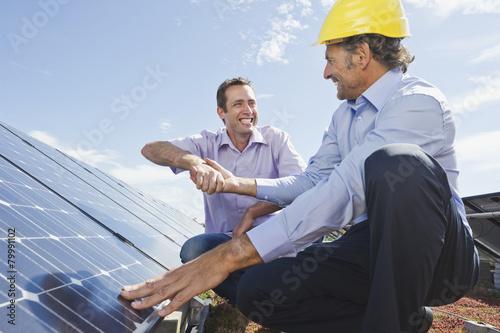 Solaranlagen München deutschland münchen mann schüttelt hände mit ingenieur in