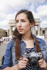 Deutschland, Berlin, Porträt, weibliche Touristin mit Kamera