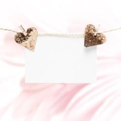 Herzen mit Texttafel vor Blumenhintergrund