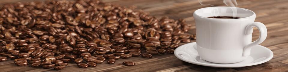 Frische Tasse Kaffee mit vielen Kaffeebohnen