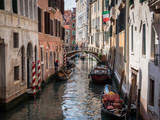 Canal vénitien à Venise avec drapeau italien