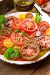Bunter Tomatensalat mit Basilikum