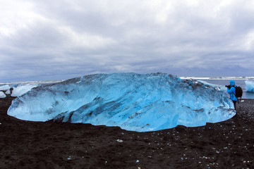Islanda:  un grande iceberg sulla spiaggia