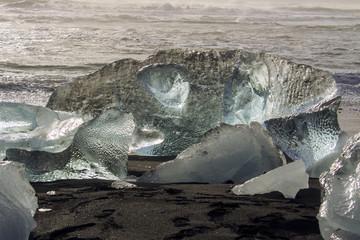 Islanda: iceberg trasparenti sulla piaggia nera