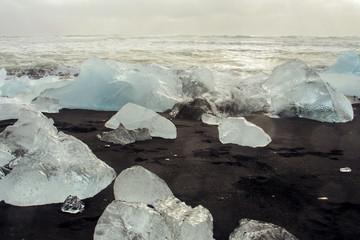 Islanda: iceberg spinti dalle onde...