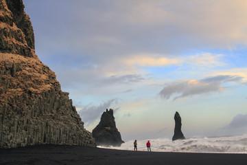 Il mare in Islanda: spiaggia nera di Vik passeggiata