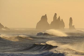 Il mare in Islanda: spiaggia nera di Vik, mare in tempesta