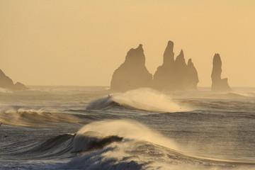 Il mare in Islanda: spiaggia nera di Vik vento e freddo