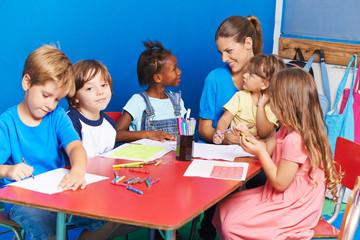 Gruppe Kinder beim Zeichnen in Vorschule