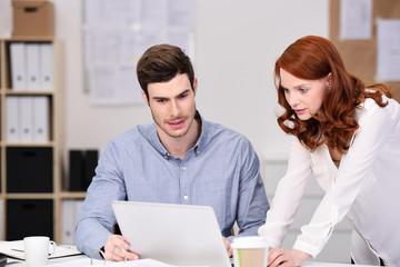 mitarbeiter besprechen etwas am laptop