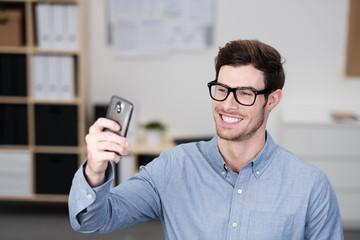 mann schickt ein selfie