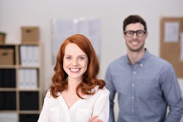 sympathische mitarbeiter in büro