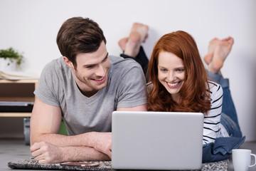junges paar surft im internet