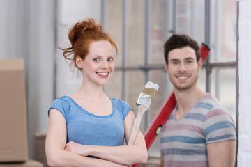 zufriedenes junges paar bei der renovierung