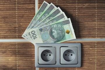 pieniądze w gniazdku na prąd
