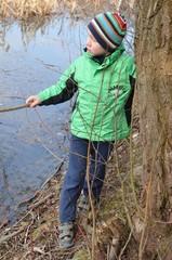 Kind spielt in der Natur