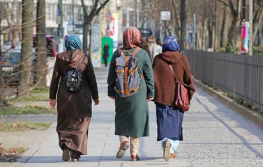 Junge Frauen mit Kopftüchern