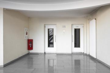 Aufzug Türen  im Gebäude