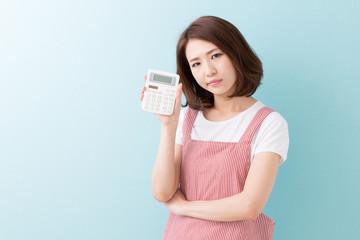 エプロン姿の女性 電卓