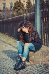 Sadl girl posing in an urban context