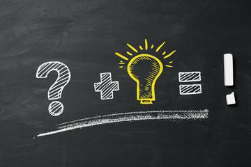Fragezeichen, Glühbirne, Ausrufezeichen als Lösungsweg