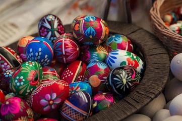 Obraz Wielkanoc pisanki jajka wydmuszki w koszyku - fototapety do salonu