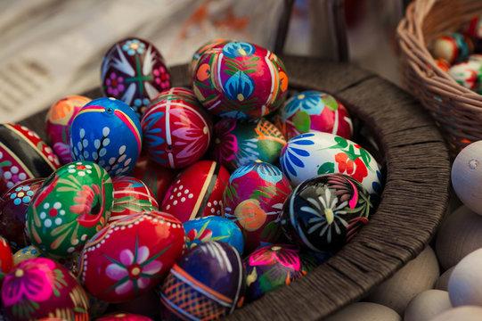 Wielkanoc pisanki jajka wydmuszki w koszyku