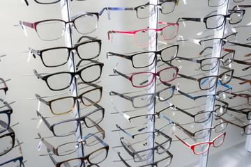 Brillenkollektion im Optikergeschäft