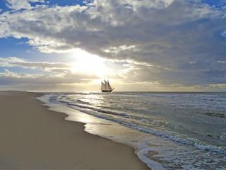 Strand, Meer, Segelschiff und Sonnenuntergang
