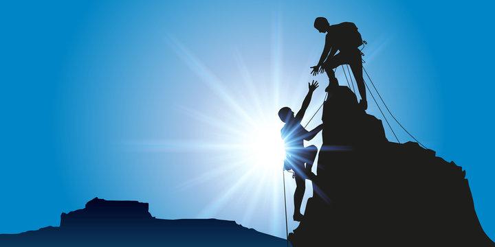 Concept de la solidarité, avec deux alpinistes qui arrivent au sommet d'une montagne après l'avoir escaladé avec succès.