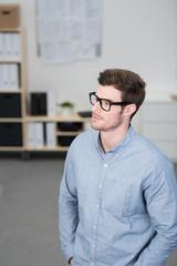 mann mit brille im büro