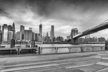 Fototapete - Black and white view of Manhattan from Brooklyn Bridge Park, New