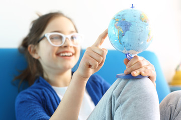 Obraz Wakacyjny plan podróży , dziecko planuje podróż - fototapety do salonu