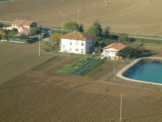 Vista aerea di casa con laghetto per pesca sportiva