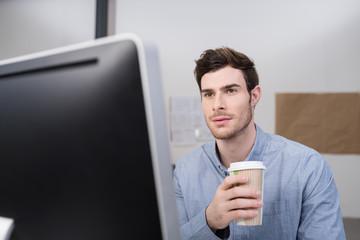 geschäftsmann mit einem kaffee to-go