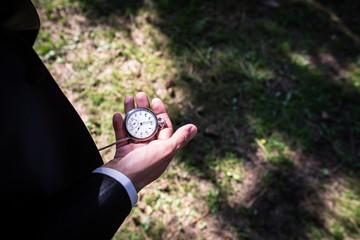 Bräutigam schaut auf die Taschenuhr