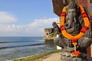 Poster Lieu connus d Asie Traditional Balinese God statue, at Ocean, Bali, Indonesia.