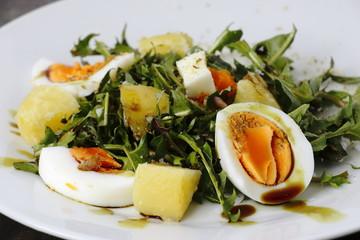 Löwenzahnsalat mit Eier, Kartoffeln und Kürbiskernöl