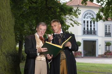 Die Brüder Grimm mit Märchenbuch