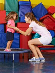 Mädchen auf Trampolin beim Kindersport