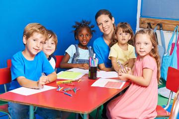 Kinder malen im Kindergarten
