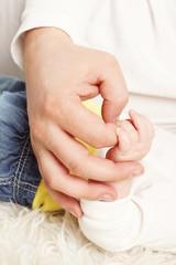 Hand hält Babyhand