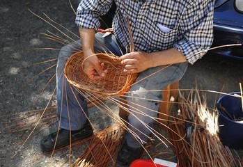 Artesanía española, cesta de mimbre