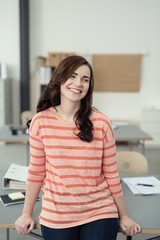 junge lächelnde frau im büro